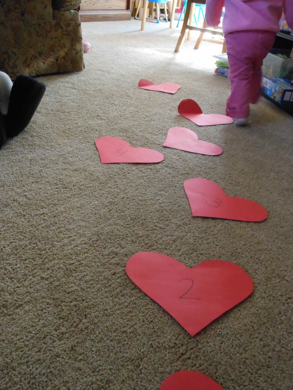 adorable Valentine game for toddlers... so easy!